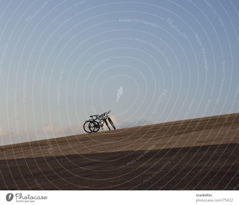 Seltenes Paar Fahrrad Deich Wolken grau braun diagonal ruhig Pause Zusammensein Ferien & Urlaub & Reisen Freizeit & Hobby Meer Nordsee Himmel blau Schatten