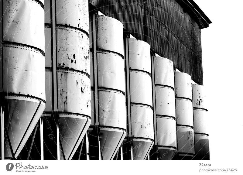 in Reihe und Glied sw Silo Fass Industriefotografie industriell weiß kaputt gelb Muster abstrakt Stil 2 nebeneinander Dachboden Rost trashig Strukturen & Formen