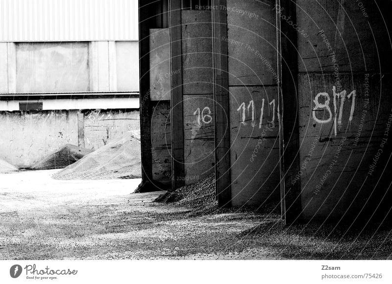Tor 1 3 oder 3 sw Industriefotografie industriell Haufen Wand 8 Licht Garage nebeneinander rot industrial Sand Stein Ziffern & Zahlen 11 Schatten Sonne light