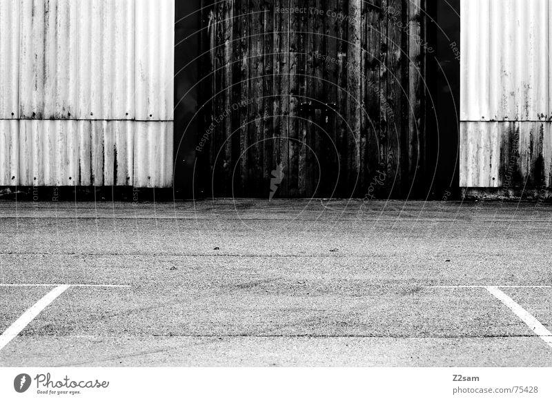 Hilfslinien sw rot gelb Holz Linie Tür Industriefotografie Fabrik Tor Parkplatz Garage Lamelle Wellblech