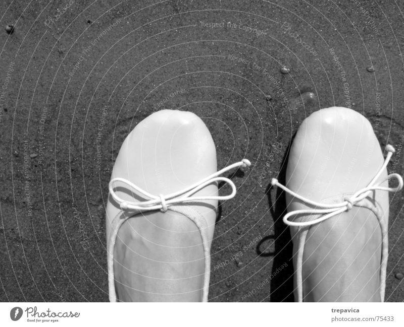 schuhe Frau feminin Schlaufe verbinden 2 stehen Strand Schwarzweißfoto Sand Fuß Kontrast Mensch