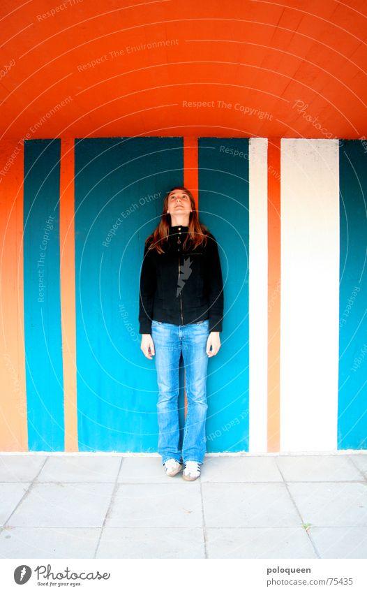 seen it all Frau blau Wand Stein Linie orange hoch Jeanshose stehen Bodenbelag Student streichen Hose Jacke Decke
