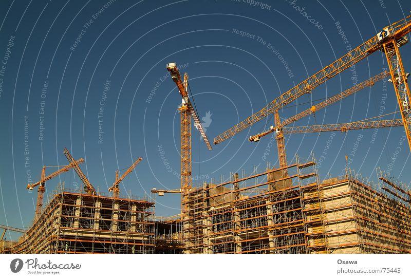 Ich bau mir ein Häuschen Himmel blau Beton Baustelle Stahl Freundlichkeit Konstruktion Kran Baugerüst Einkaufszentrum himmelblau Träger Rüstung Erlaubnis