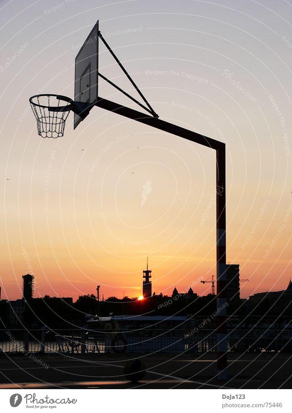 Köln Streetball Stadt Sonne ruhig Freude Sport Gebäude Freizeit & Hobby Hochhaus Beton Platz Fluss Ball Skyline Holzbrett Korb