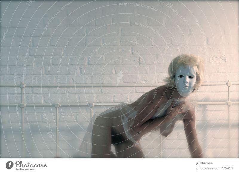 Unruhe nackt Frau blond Bettlaken Stoff weiß rosa Rückseite Morgen Bettgestell ruhen Schwung ruhig bedecken Gitter Maske liegen Körper Haut woman