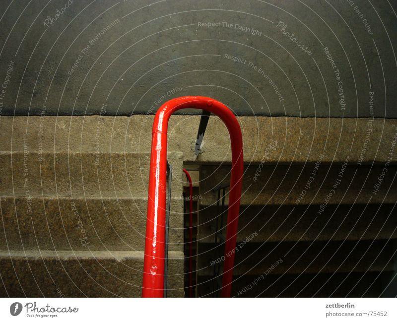 blotto Granit Treppenhaus rot aufwärts abwärts aufsteigen Karriere Treppenabsatz Geländer Abstieg Insolvenz