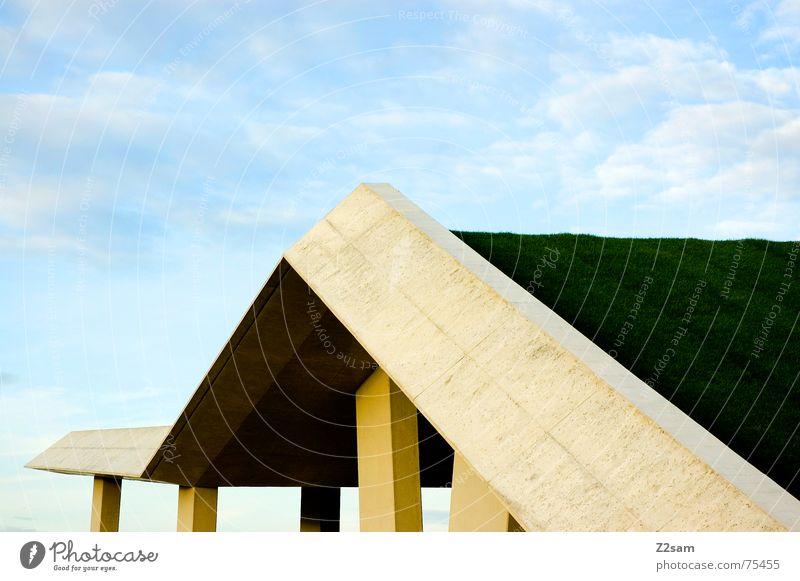 Auf und Ab Himmel grün blau Wolken Wiese Gras Perspektive Baustelle Bauwerk Pfosten abstrakt