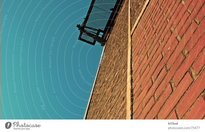 industrial wall Himmel blau rot Haus Wand Stein Mauer Metall hoch Backstein Gitter Gemäuer