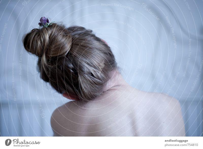 tonight it seems i never will reach you. Jugendliche blau schön nackt Einsamkeit Junge Frau 18-30 Jahre Erotik kalt Erwachsene Traurigkeit feminin natürlich