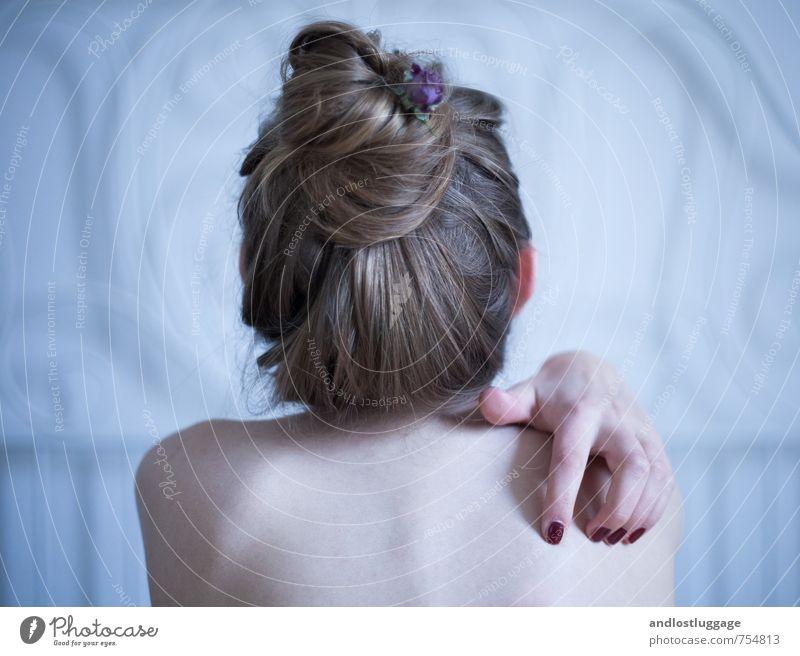 can't stop the rain. Jugendliche blau nackt schön Einsamkeit Junge Frau Hand 18-30 Jahre Erotik kalt Erwachsene Traurigkeit feminin natürlich Kopf ästhetisch