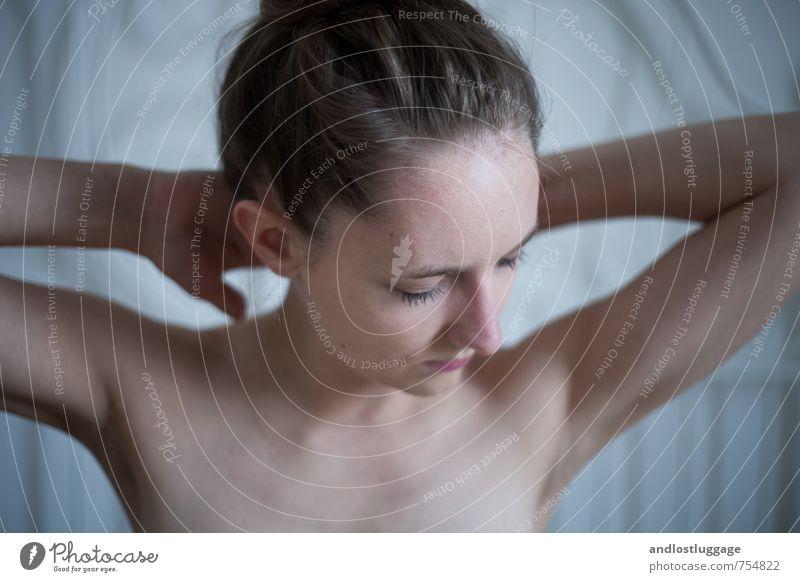 love me deep. Bett feminin Junge Frau Jugendliche 18-30 Jahre Erwachsene brünett atmen berühren Erholung genießen schön kalt nackt natürlich dünn Erotik blau