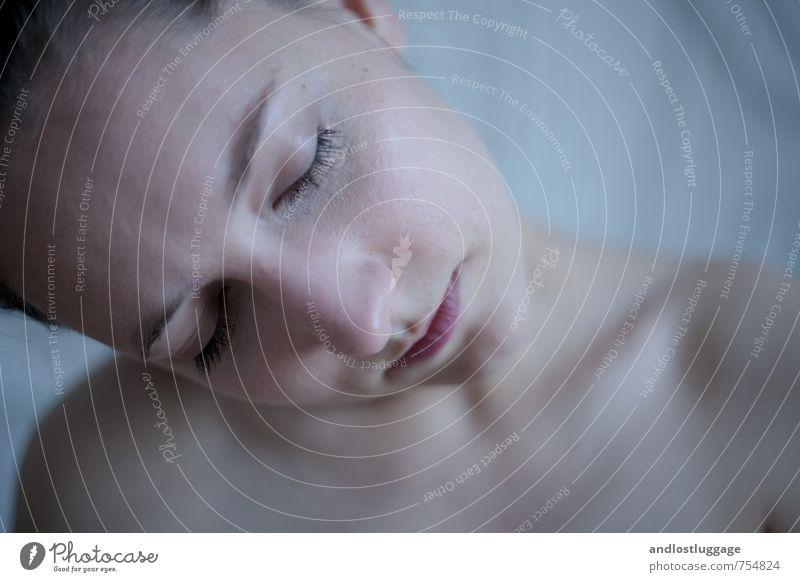 just like a dream. feminin Junge Frau Jugendliche Gesicht 1 Mensch 18-30 Jahre Erwachsene Denken Erholung träumen Traurigkeit ästhetisch authentisch schön kalt