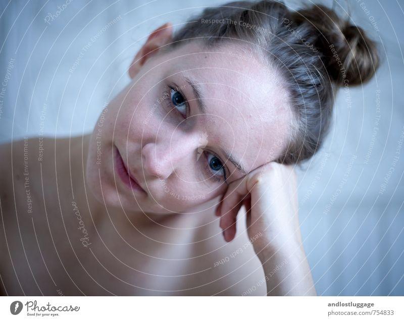bright blue eyes. feminin Junge Frau Jugendliche 18-30 Jahre Erwachsene brünett langhaarig Dutt beobachten berühren Denken Lächeln träumen Freundlichkeit frisch