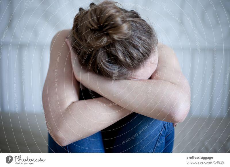 sleep don't weep. Mensch Jugendliche blau nackt Junge Frau 18-30 Jahre kalt Erwachsene Traurigkeit Gefühle feminin Liebe Kopf trist Arme berühren