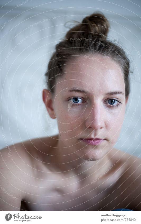 i think it's best we both forget. feminin Junge Frau Jugendliche Gesicht 18-30 Jahre Erwachsene brünett Dutt beobachten Blick träumen Traurigkeit frisch trendy