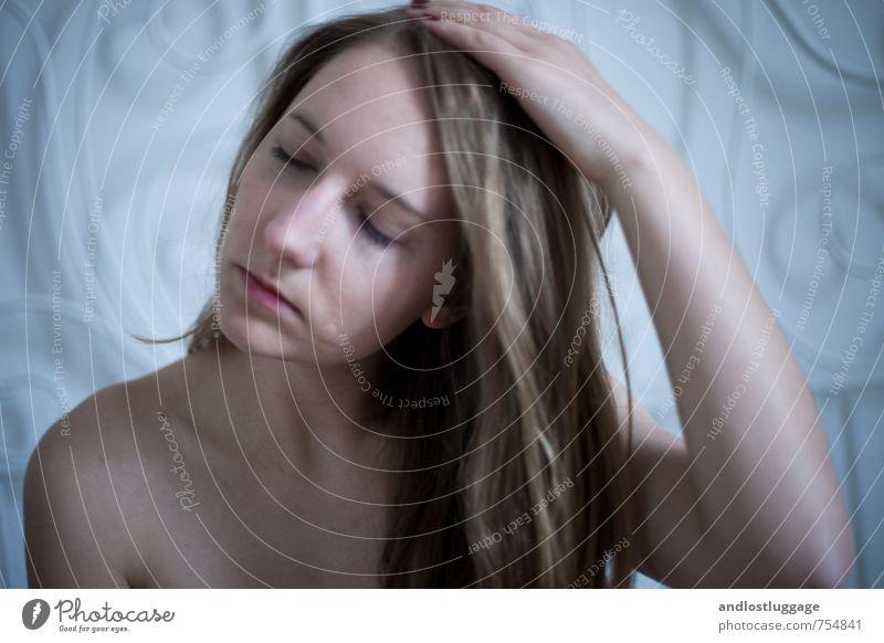 i will live through this and more. feminin Junge Frau Jugendliche 18-30 Jahre Erwachsene brünett langhaarig berühren Erholung festhalten träumen Traurigkeit