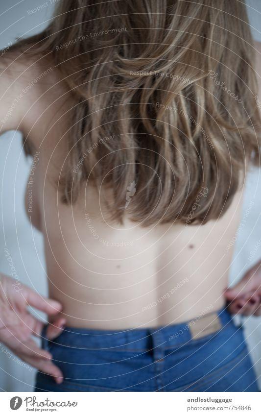 never gonna love again. schön Haare & Frisuren feminin Junge Frau Jugendliche Rücken 18-30 Jahre Erwachsene Jeanshose brünett langhaarig berühren festhalten