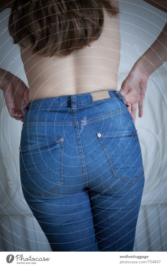 blue jeans. Stil feminin Junge Frau Jugendliche Rücken Gesäß 1 Mensch 18-30 Jahre Erwachsene Mode Jeanshose brünett langhaarig berühren festhalten genießen