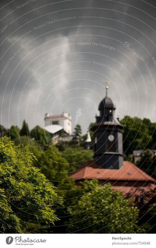 Loschwitz Himmel Wolken Gewitterwolken Dresden Sachsen Stadt Stadtrand Haus Turm Gebäude ästhetisch historisch schön Schwebebahn Standseilbahn Uhrenturm Station