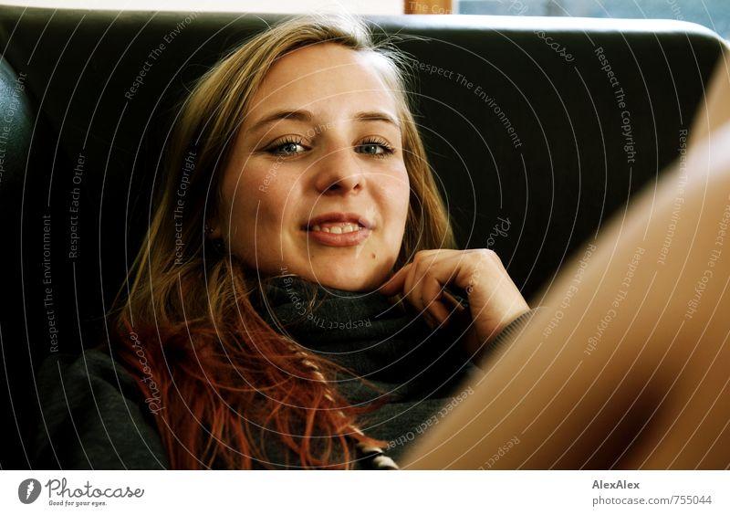auf der Couch mit Alissa Jugendliche schön Junge Frau Erholung 18-30 Jahre Erotik Erwachsene Gesicht Liebe Haare & Frisuren natürlich Beine rosa träumen liegen
