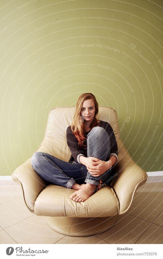 Portrait mit Alissa auf beigem Sessel Wohnung Werkstatt Junge Frau Jugendliche Körper Fuß 18-30 Jahre Erwachsene Jeanshose Pullover blond langhaarig beobachten