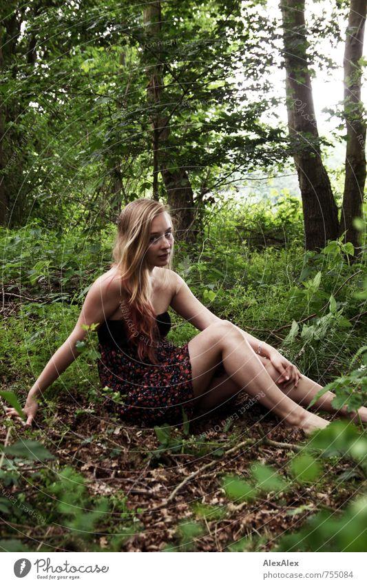 Des Försters tolle Tochter Ausflug Abenteuer Junge Frau Jugendliche Beine 18-30 Jahre Erwachsene Natur Schönes Wetter Baum Sträucher Wald Kleid blond langhaarig