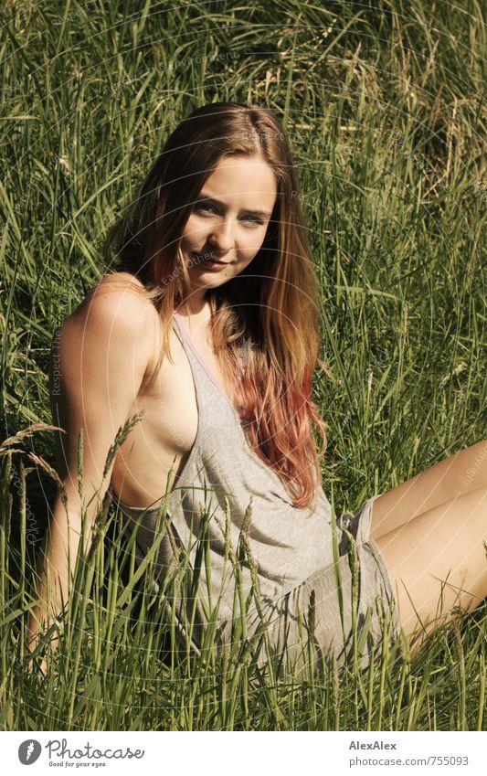 Sommermädchen Natur Jugendliche schön Junge Frau Erholung 18-30 Jahre Erwachsene Gesicht Wiese Haare & Frisuren Idylle sitzen blond Arme frei authentisch