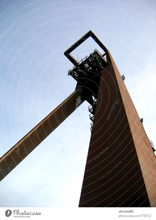 Alter Riese Himmel braun Turm Rost Eisen Bergbau Koloss Zeche Förderturm