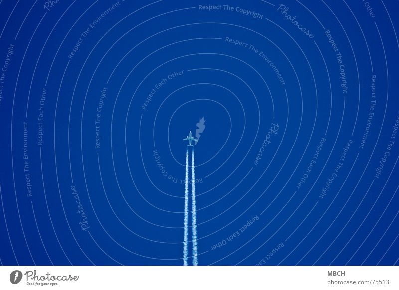 Überflieger Himmel blau Ferne Wege & Pfade Flugzeug fliegen hoch Geschwindigkeit Niveau Kondensstreifen