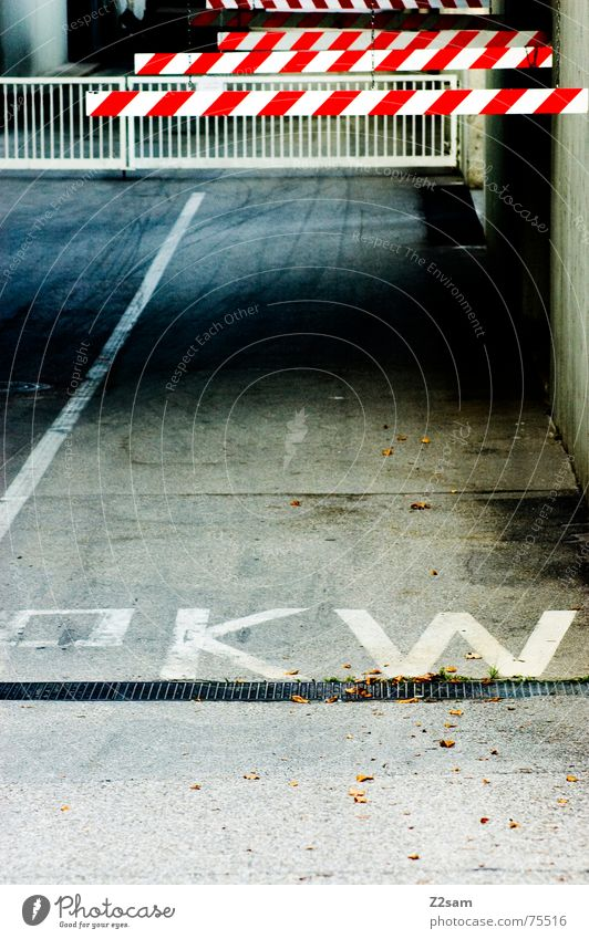 PKW hier lang Einfahrt Spuren Barriere Fabrik Tiefgarage Industriefotografie Verkehr Respekt Geländer way Wege & Pfade industrial