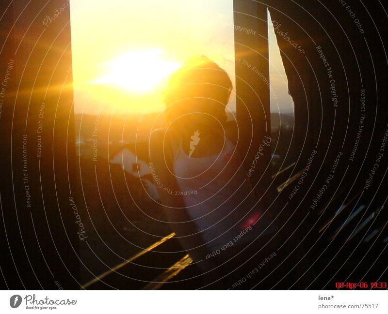 girl in the sun Frau rot Sonne Sommer Haus gelb Erholung oben Glück Beleuchtung orange blond hoch trist T-Shirt Balkon