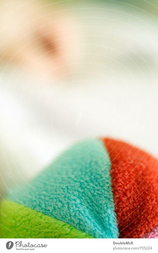 Stoffbällchen Spielzeug Stofftiere Ball festhalten Spielen werfen rund weich blau grün rot weiß Freude Farbe Kindheit Zufriedenheit Hand Baby Knautschen drücken