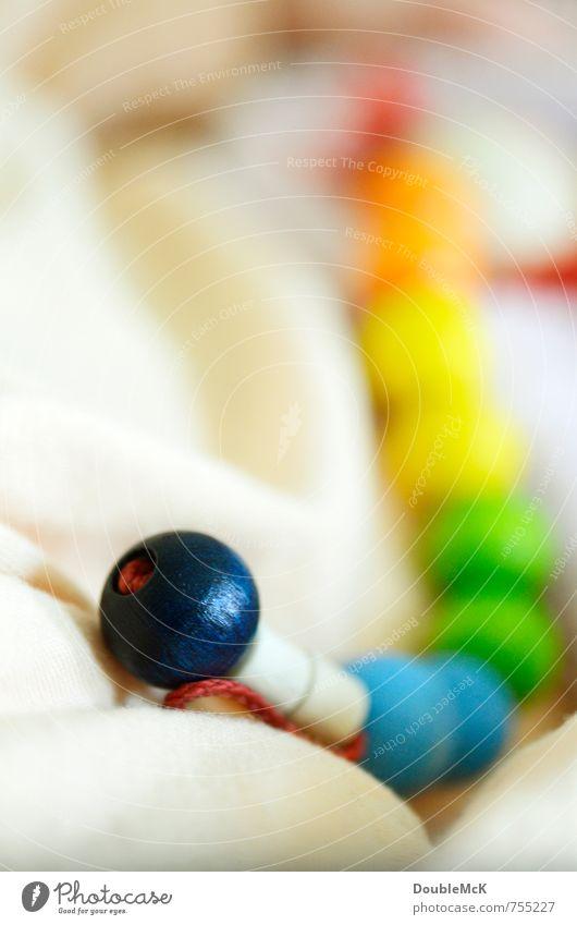 Schnullerband Holz Kugel Schnur festhalten Spielen lang rund blau mehrfarbig gelb grün rot Freude Farbe Kindheit Zusammenhalt Kette Spielzeug Farbfoto
