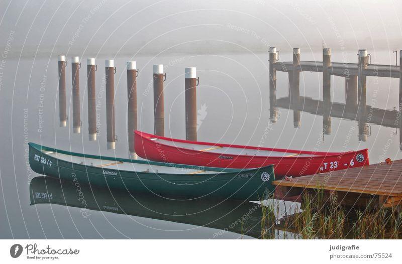 Zwei Boote II Fischland-Darß-Zingst See Prerow Dalben Wasserfahrzeug Morgen Nebel Steg ankern rot grün Holz Reflexion & Spiegelung ruhig Einsamkeit 2