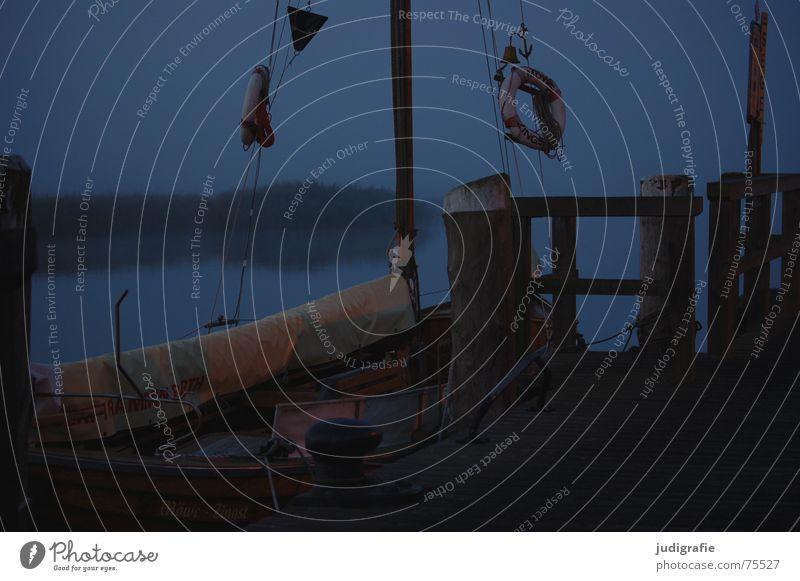 Morgens am Hafen II Rettungsring Zingst See Nebel Wasserfahrzeug Steg ruhig Einsamkeit Stimmung maritim Vorpommersche Boddenlandschaft Anlegestelle Darß