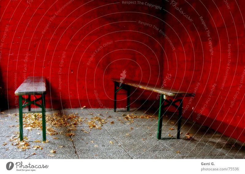 invisible liegen Parkbank Bierbank rot Wand Mauer Blatt Herbst Jahreszeiten grün Gast 2 Veranstaltung nah eng Platz Menschenleer dunkel mehrfarbig liegefläche