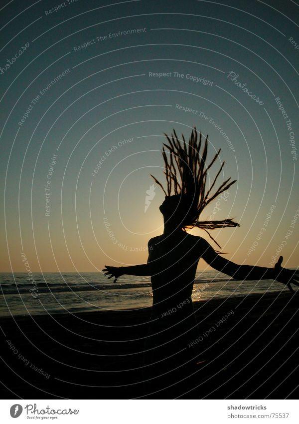 tief Luft holen! Himmel Mann Natur Wasser blau Sonne Meer Strand gelb Freiheit Haare & Frisuren Bewegung Luft Horizont Körper Arme