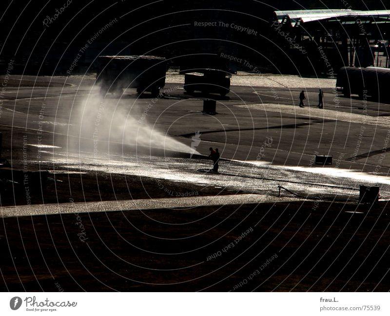 Straßenreinigung II Mann Wasser Arbeit & Erwerbstätigkeit nass Platz Asphalt Reinigen spritzen gießen Schlauch Besen Sprühwasser Wasserschwall