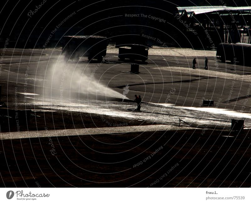 Straßenreinigung II Reinigen Besen gießen Platz Mann Schlauch Asphalt Gegenlicht nass Arbeit & Erwerbstätigkeit Wasserschwall Sprühwasser spritzen