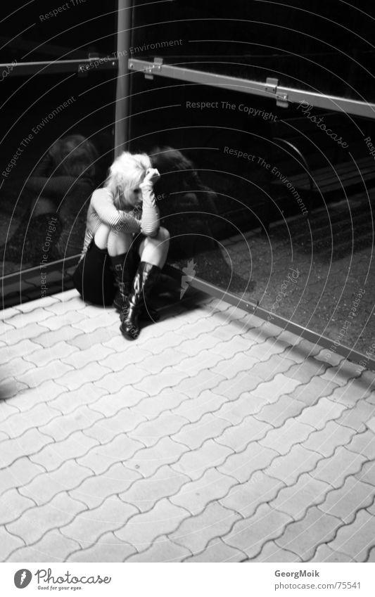 desperation Frau weiß schwarz Straße kalt dunkel Traurigkeit Glas Angst Arme 3 kaputt Coolness Ecke Bodenbelag Trauer