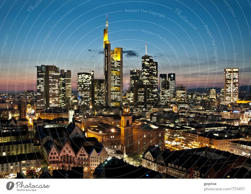 Frankfurt abends Stadt Haus Ferne Architektur Gebäude Deutschland Business Hochhaus Perspektive Europa hoch Geldinstitut Bankgebäude Skyline Stadtzentrum