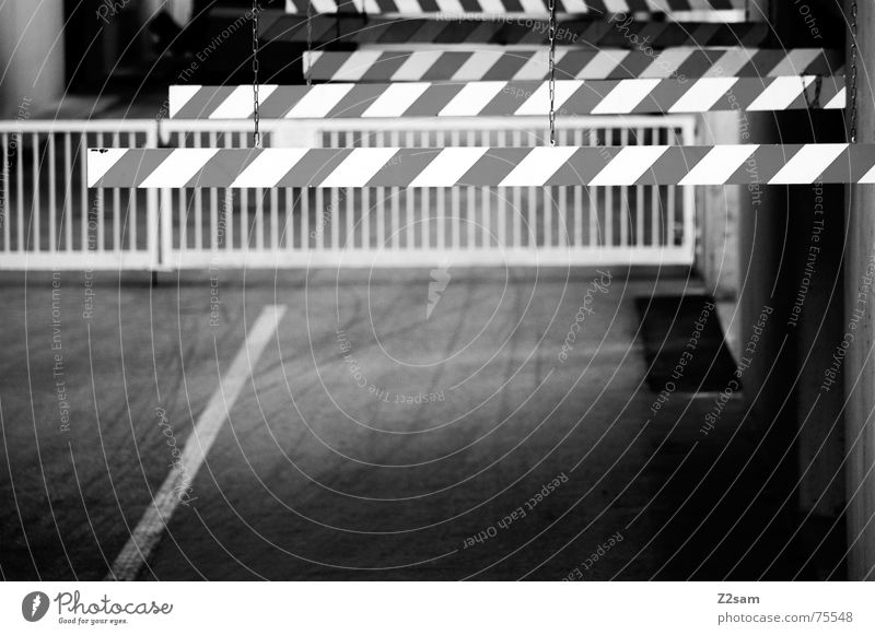 vorsicht schranken Einfahrt Spuren Barriere Fabrik Tiefgarage Industriefotografie Verkehr Schranke Respekt Geländer way Wege & Pfade industrial Schwarzweißfoto