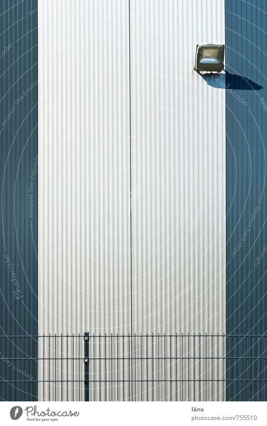 schrei vor Glück oder... Stadtrand Menschenleer Haus Industrieanlage Fabrik Bauwerk Gebäude Architektur Lagerhalle Mauer Wand bedrohlich einfach Erfolg hässlich