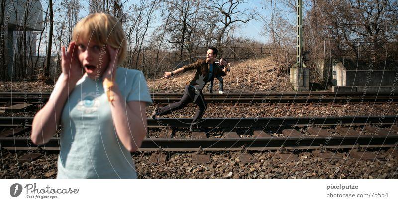 railwaysession #1 3 Verkehr Gleise Eisenbahn gefährlich schreien gestikulieren Gesichtsausdruck Frau laufen Unfall Anhalter Projekt bahnlinie bedrohlich Angst