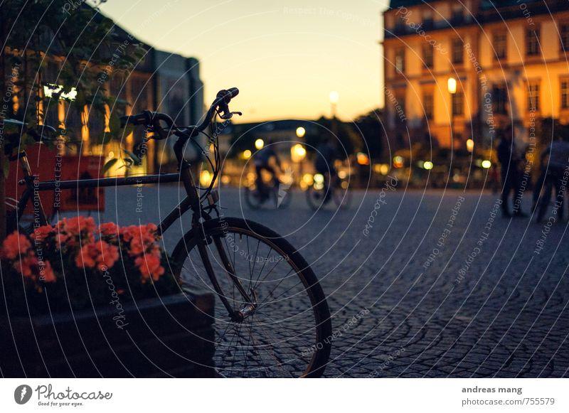 Fahrrad Ferien & Urlaub & Reisen Tourismus Fahrradtour Fahrradfahren Stadt bevölkert Platz Fußgänger Erholung warten Abenteuer Beginn Freizeit & Hobby Pause