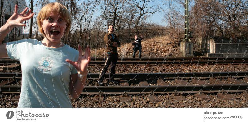 railwaysession #2 Frau Freude Auge lustig 3 Verkehr Eisenbahn Körperhaltung Gleise schreien Gesichtsausdruck Stock Gleichgewicht Künstler gestikulieren Akrobatik