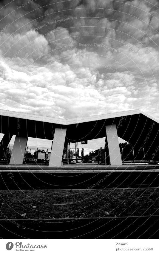 bedrohlich Bauwerk Rampe Wolken groß Beton kalt einfach Baustelle architecture Schwarzweißfoto scharz/weiss Pfosten Architektur