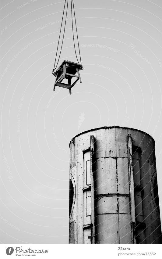 hung up sw hängen Tisch Baustelle Silo Fass Vogelperspektive Schweben Industriefotografie krahn Seil Kette industrial desk Himmel Schwarzweißfoto