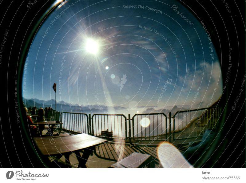 in die sonne blinzeln Sonne Erholung Ernährung Berge u. Gebirge Freiheit Beleuchtung Wetter Nebel Freizeit & Hobby wandern Tisch Pause Bank Niveau Alpen