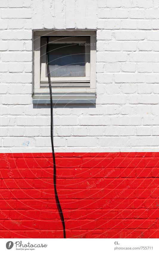 verbindung Haus Gebäude Mauer Wand Fenster Kabel Backstein rot schwarz weiß Verbindung lange leitung Baustelle Kommunizieren Ausgrenzung Farbfoto Außenaufnahme